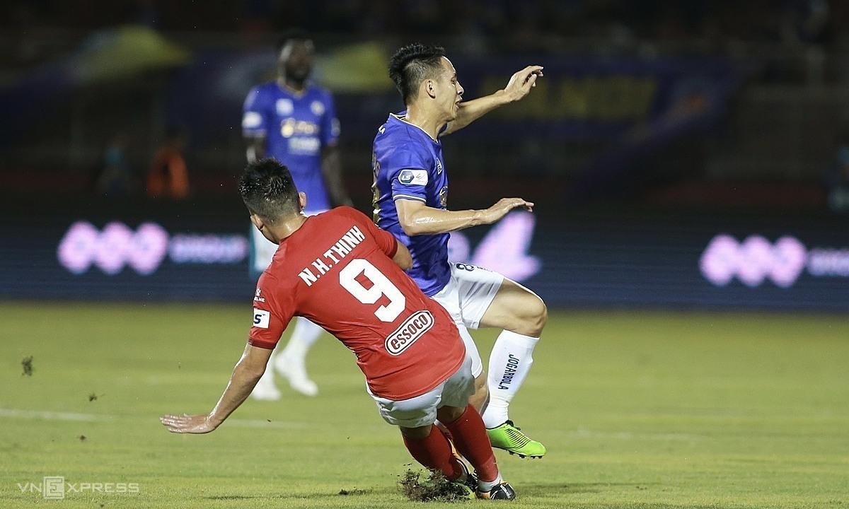 Bola Hoang Thinh menyebabkan kaki Hung Dung patah.  Foto: Lam Tho