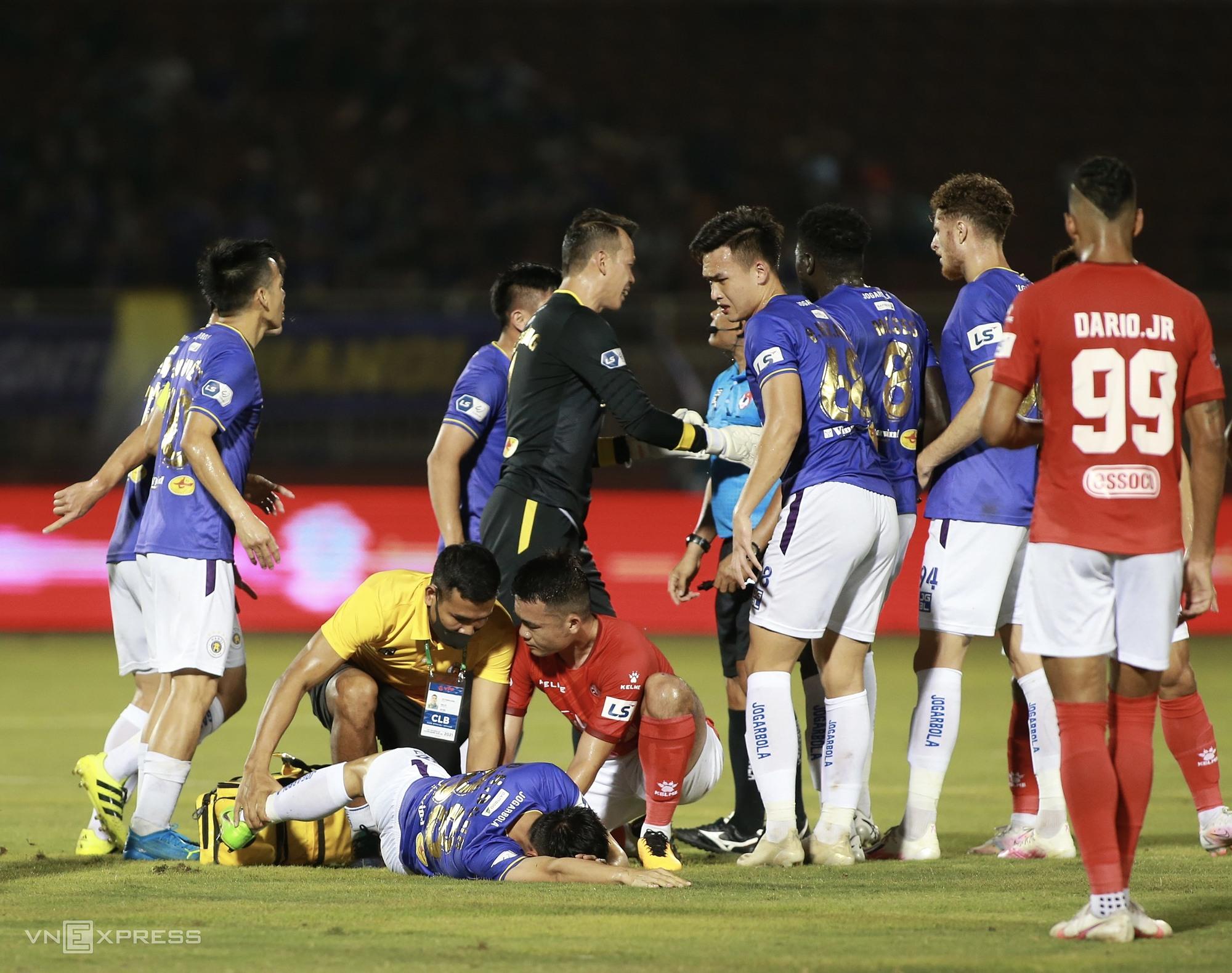 Gambaran cedera Hung Dung juga akan menghantui sepak bola Vietnam.  Foto: Lam Tho