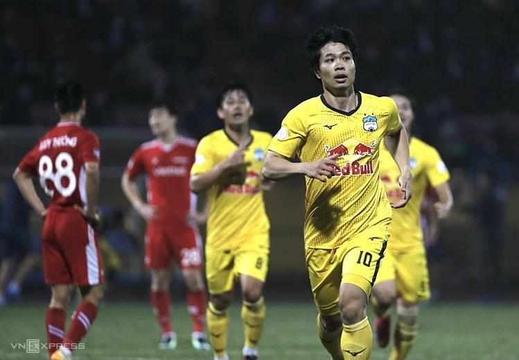 Cong Phuong mendapatkan gol pertamanya di V-League 2021, membantu HAGL mencapai puncak klasemen.  Foto: Lam Thoa.