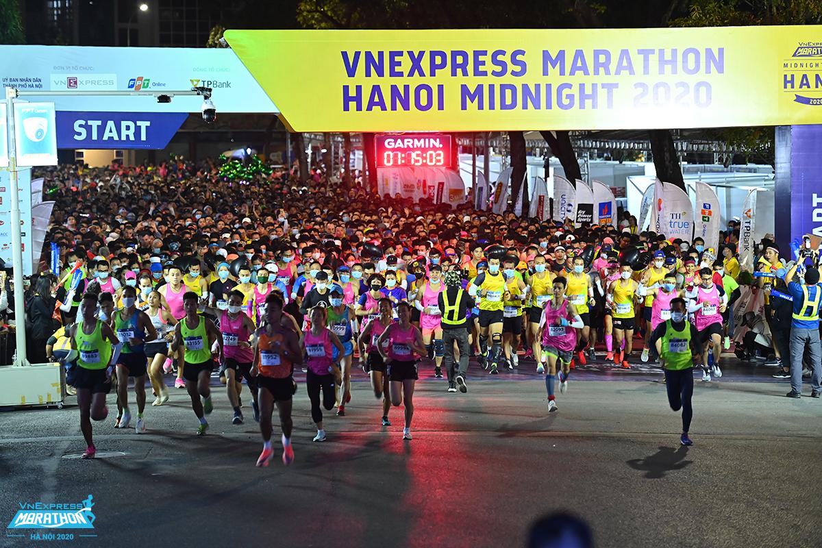 Vận động viên chạy giải marathon đêm Hà Nội xuất phát lúc 0h00 ngày 29/11/2020. Ảnh: VnExpress Marathon.