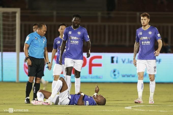 Bruno nằm sân sau pha phạm lỗi của cầu thủ TP HCM trên sân Thống Nhất ngày 23/3. Ảnh: Lâm Thoả