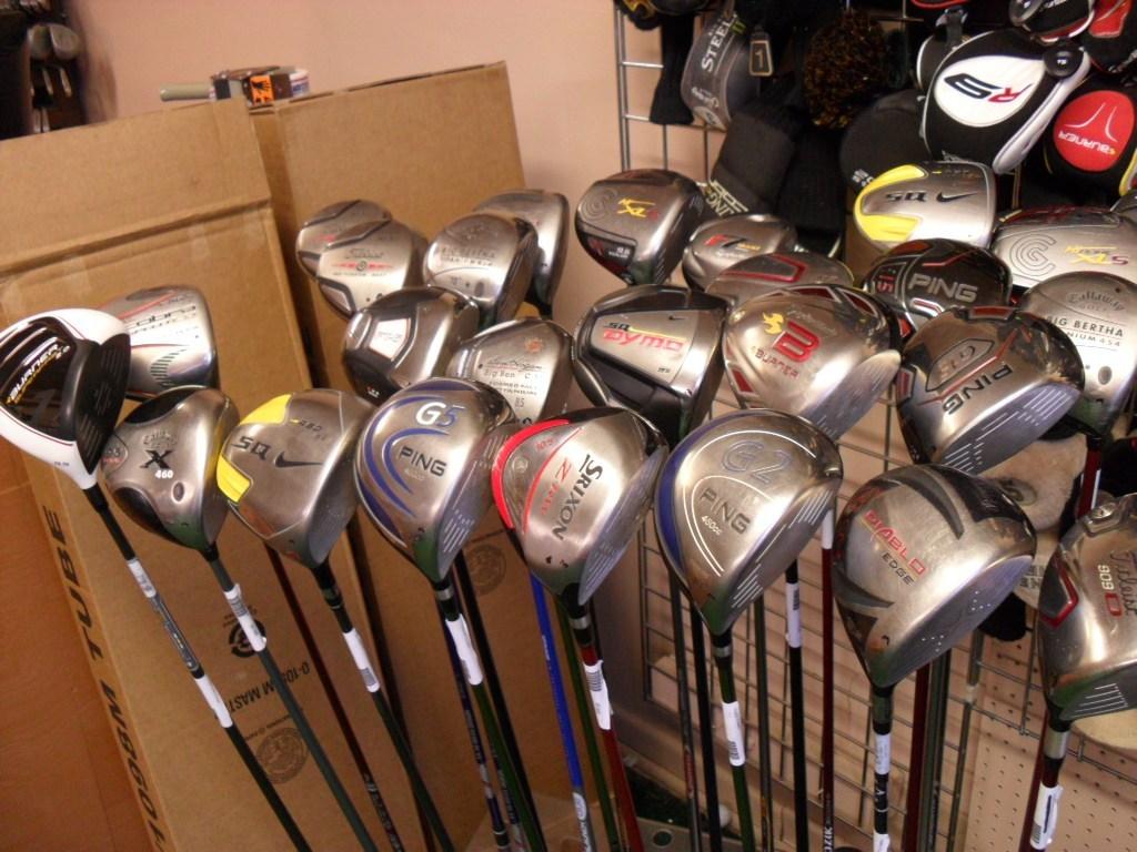 Biaya pembelian tongkat golf dan perlengkapannya, termasuk barang bekas, masih tergolong tinggi dibandingkan dengan kemampuan finansial sebagian besar siswa.