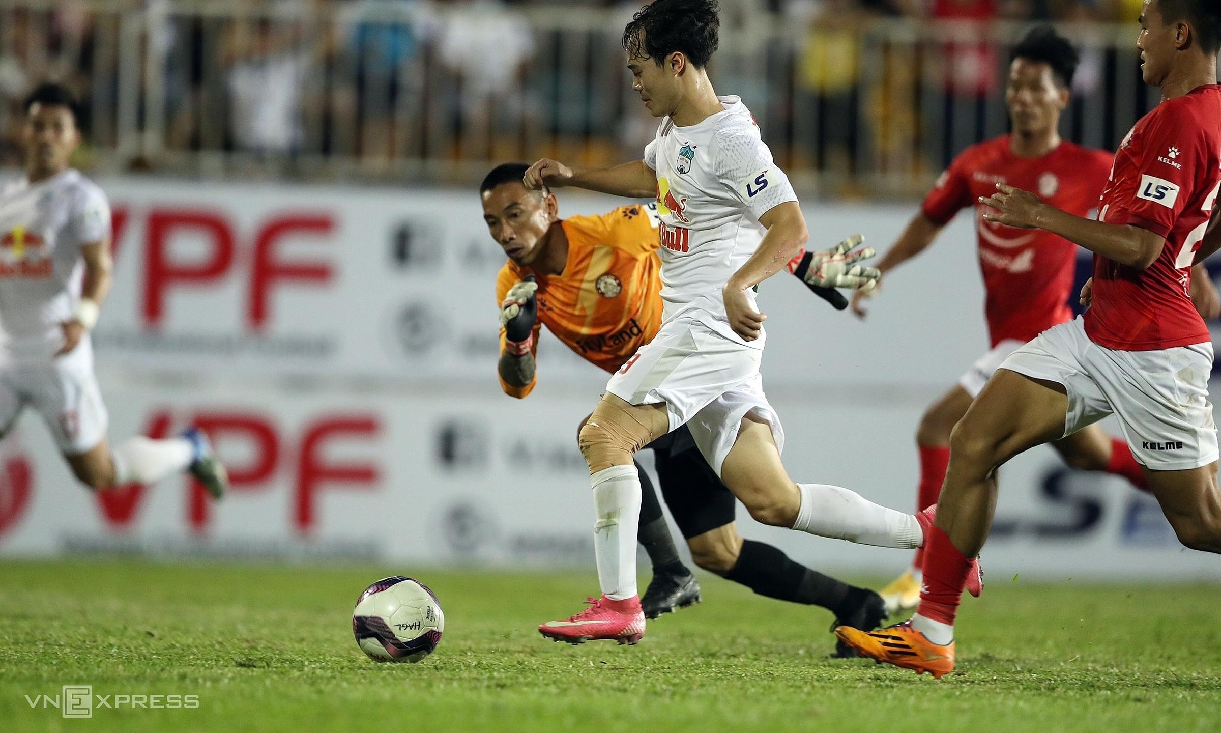 Van Toan memiliki gol ketiga di V-League musim ini.  Foto: Duc Dong.