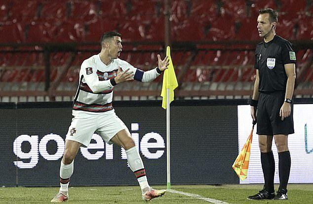 Ronaldo bereaksi kepada wasit setelah gol terakhirnya ke gawang Serbia tidak diakui.  Foto: EPA.