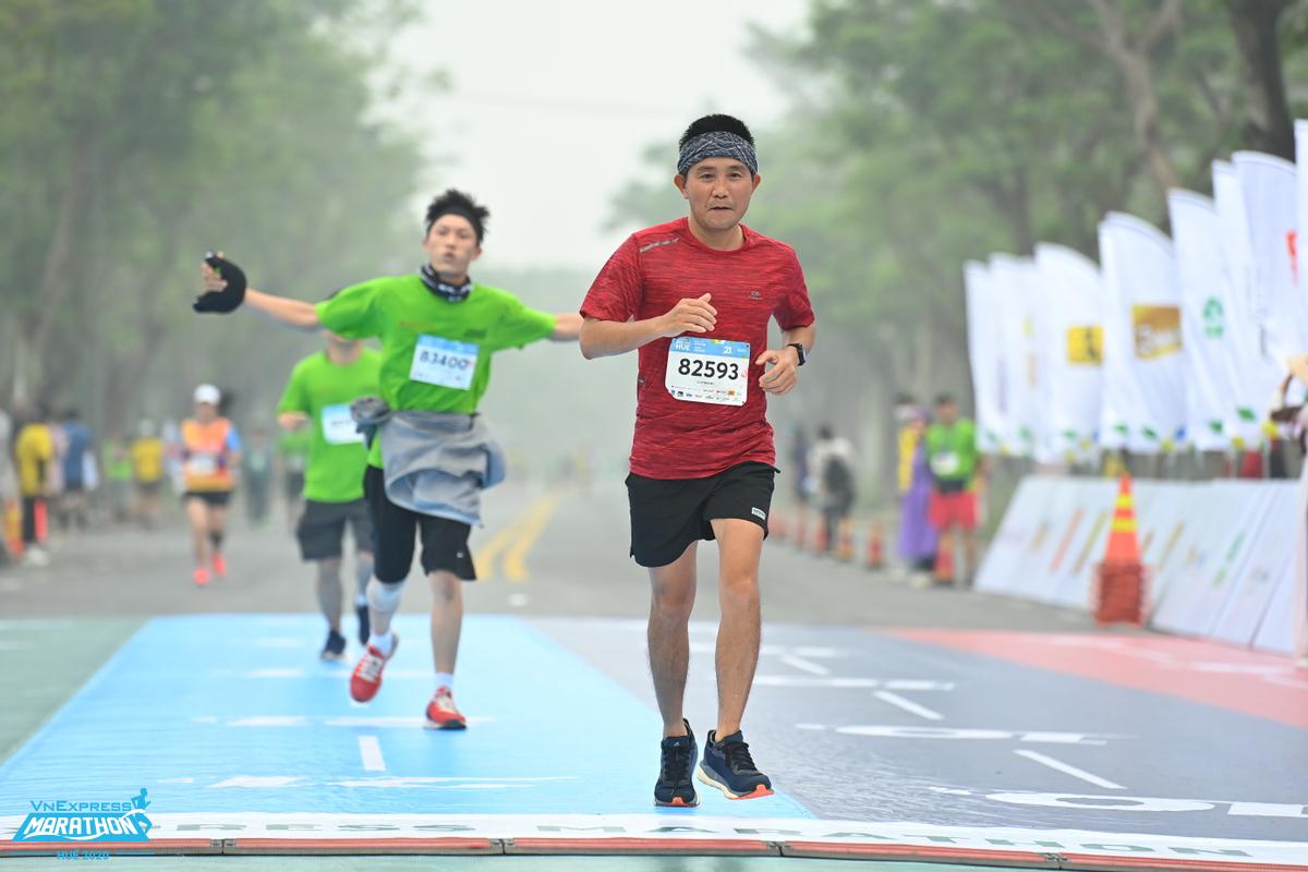 Khi chạy bộ, bàn chân chịu nhiều lực tải, dễ gặp chấn thương nhất, runner cần chọn kỹ giày dép để giữ đôi chân an toàn.