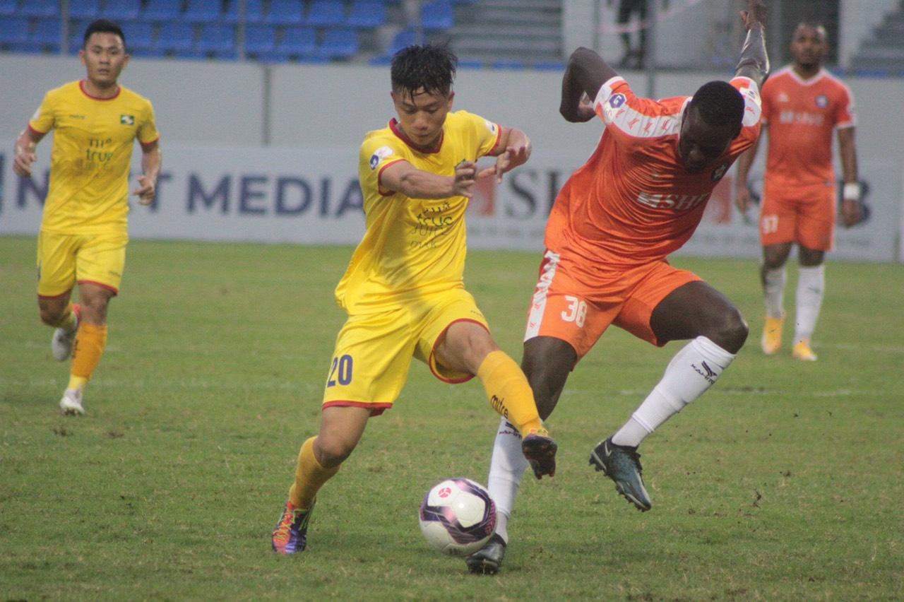 ผู้เล่นดานัง (เสื้อสีส้ม) และ SLNA (เสื้อเหลือง) หมดแรงในช่วง 30 นาทีสุดท้ายของการแข่งขันที่ Hoa Xuan  ภาพ: SLNA FC
