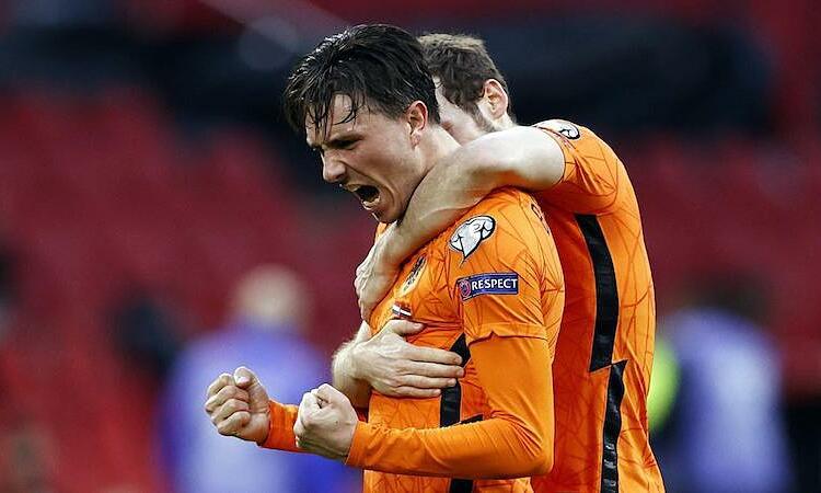 Berghuis berbagi kegembiraannya setelah membuka skor untuk Belanda.  Foto: AFP.