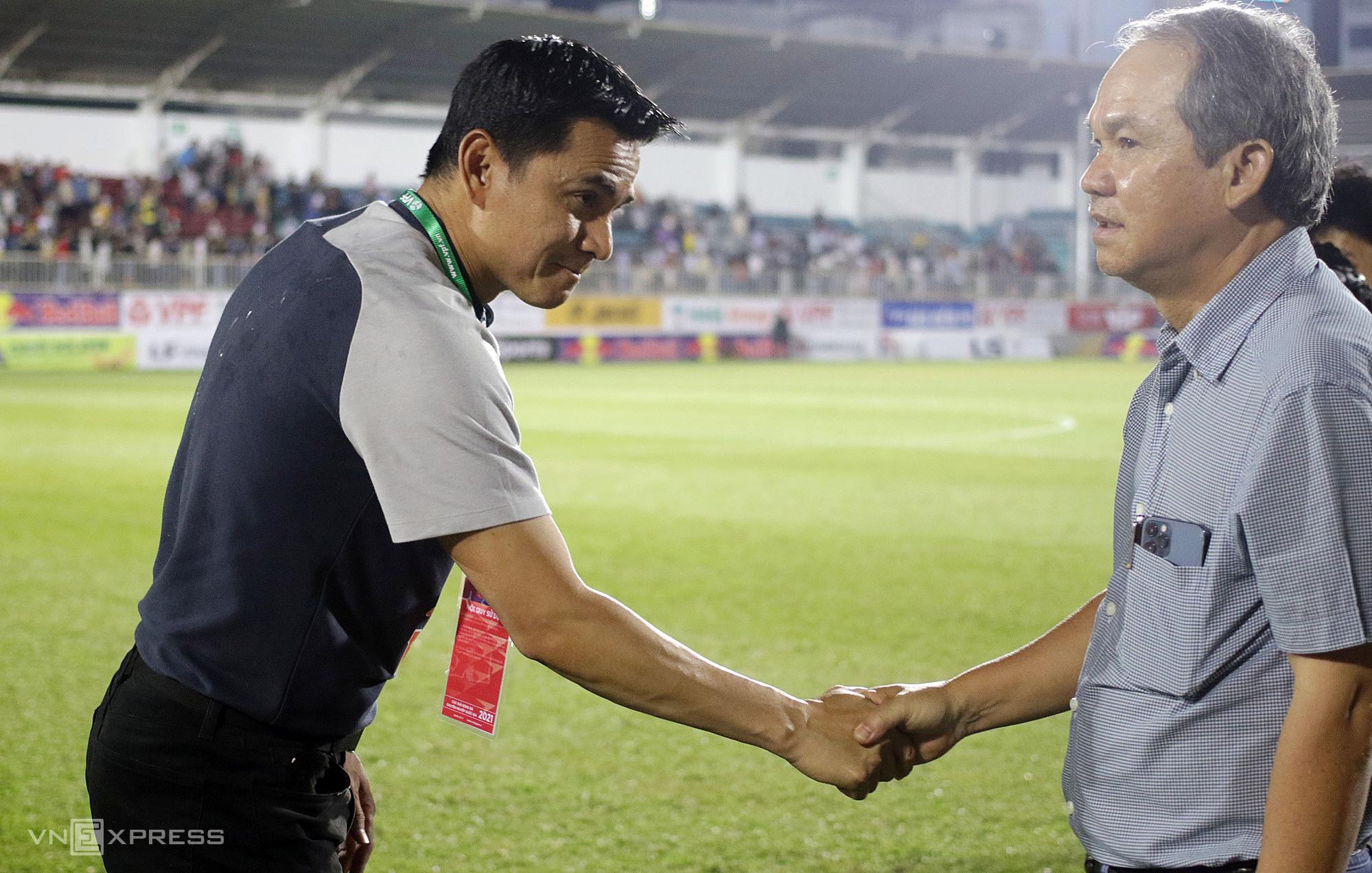 เลือกตั้งเยอรมนีลงสนามแสดงความยินดีกับครูและนักเรียนเกียรติศักดิ์หลังชนะสโมสร HCM City 3-0  ภาพ: Duc Dong