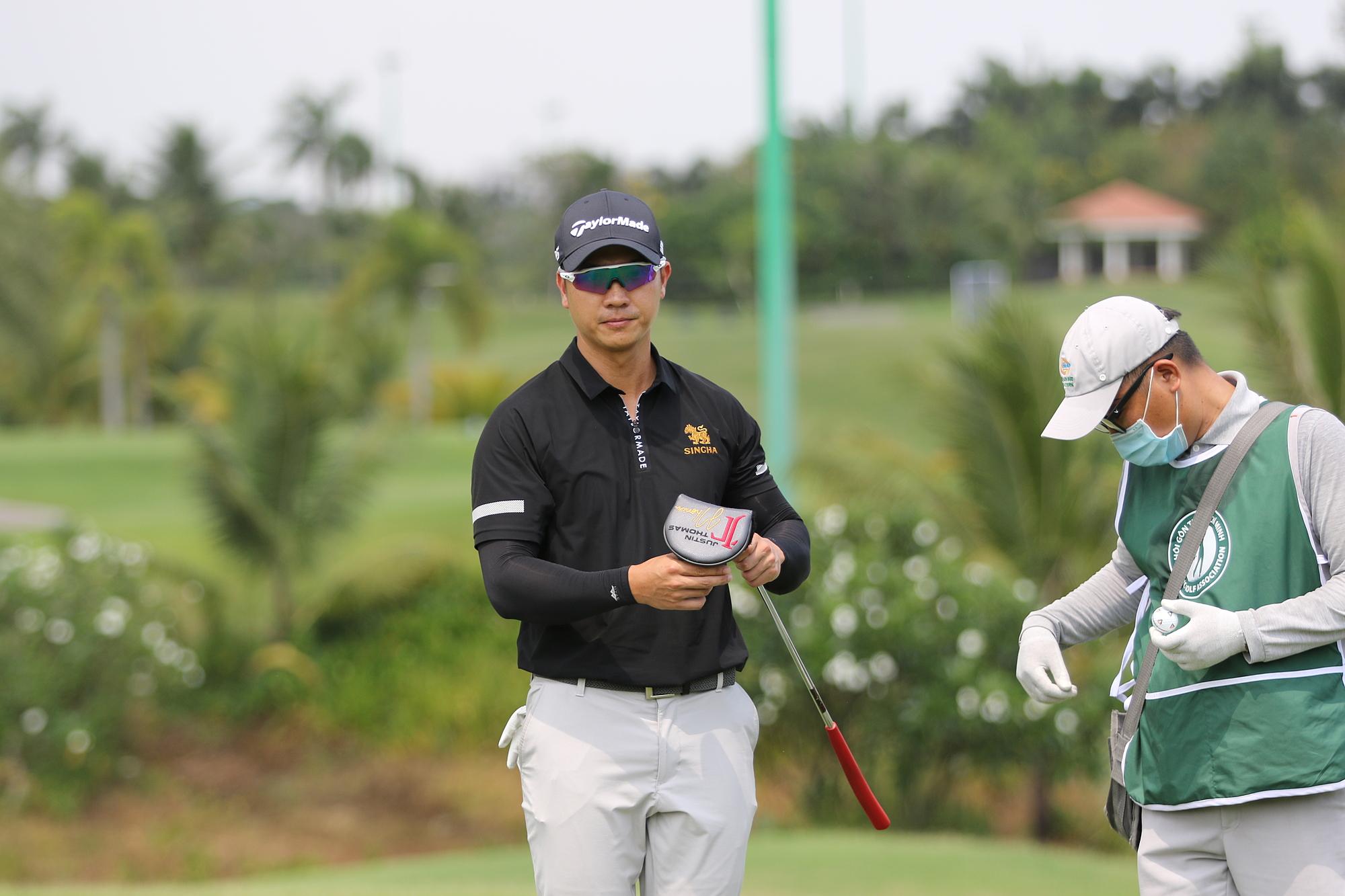 Duy Nhat memenangkan dewan profesional dan mencetak hole-in-one di HCM Open 2021. Foto: HGA