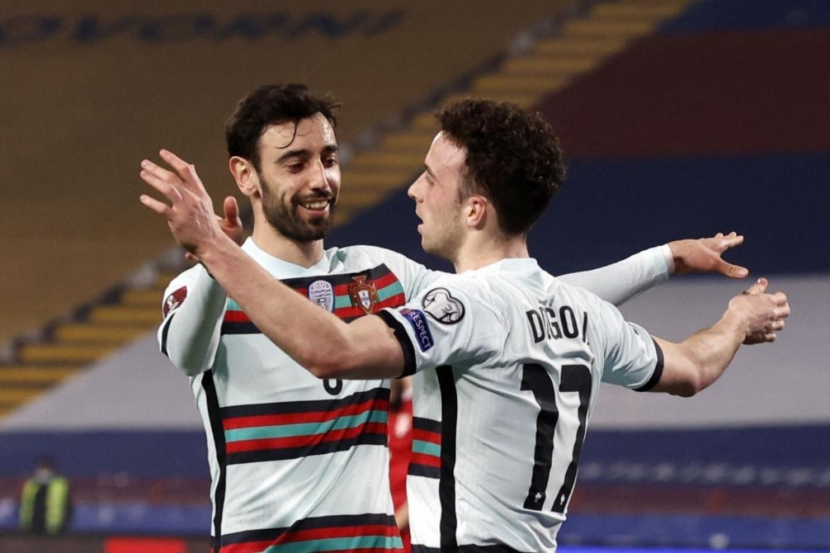 Jota berbagi kegembiraannya dengan Fernandes setelah gol tersebut.