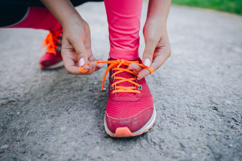 Không nên buộc dây giày quá chặt hay quá lỏng. Ạnh