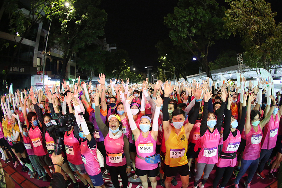 The 10km athlete prepares to start at the Hanoi night run.  Photo: VnExpress Marathon.