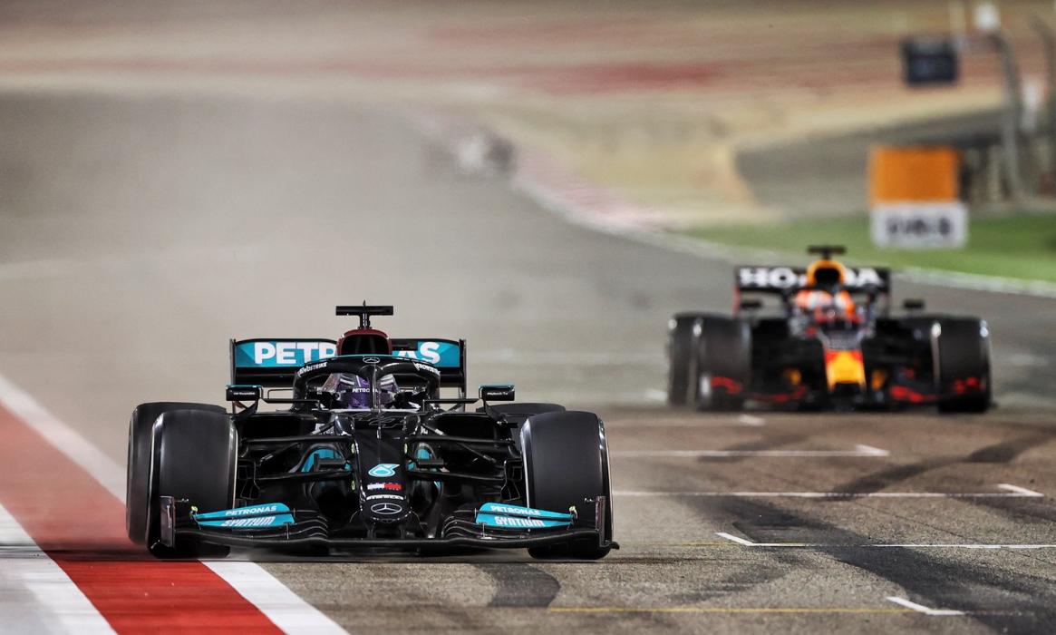 Verstappen và Red Bull bị lúng túng về thời điểm vào pit trước sự linh hoạt của phía Mercedes. Ảnh: XPB Image