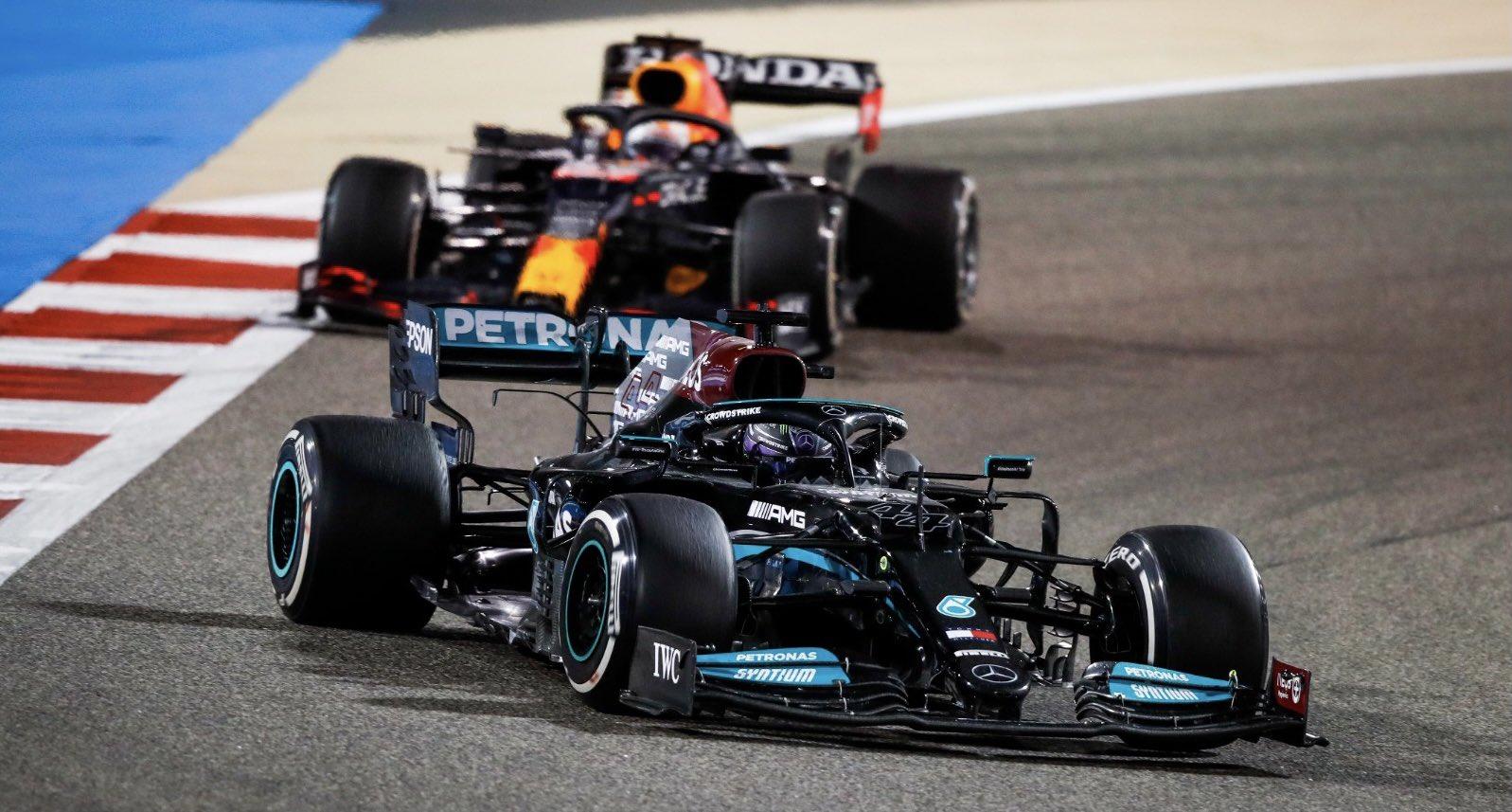 Vất vả vì bộ lốp xuống cấp ở bốn vòng cuối, nhưng Hamilton vẫn bảo toàn được vị trí thứ nhất bất chấp nỗ lực tấn công, áp sát của Verstappen từ phía sau. Ảnh: Formula 1