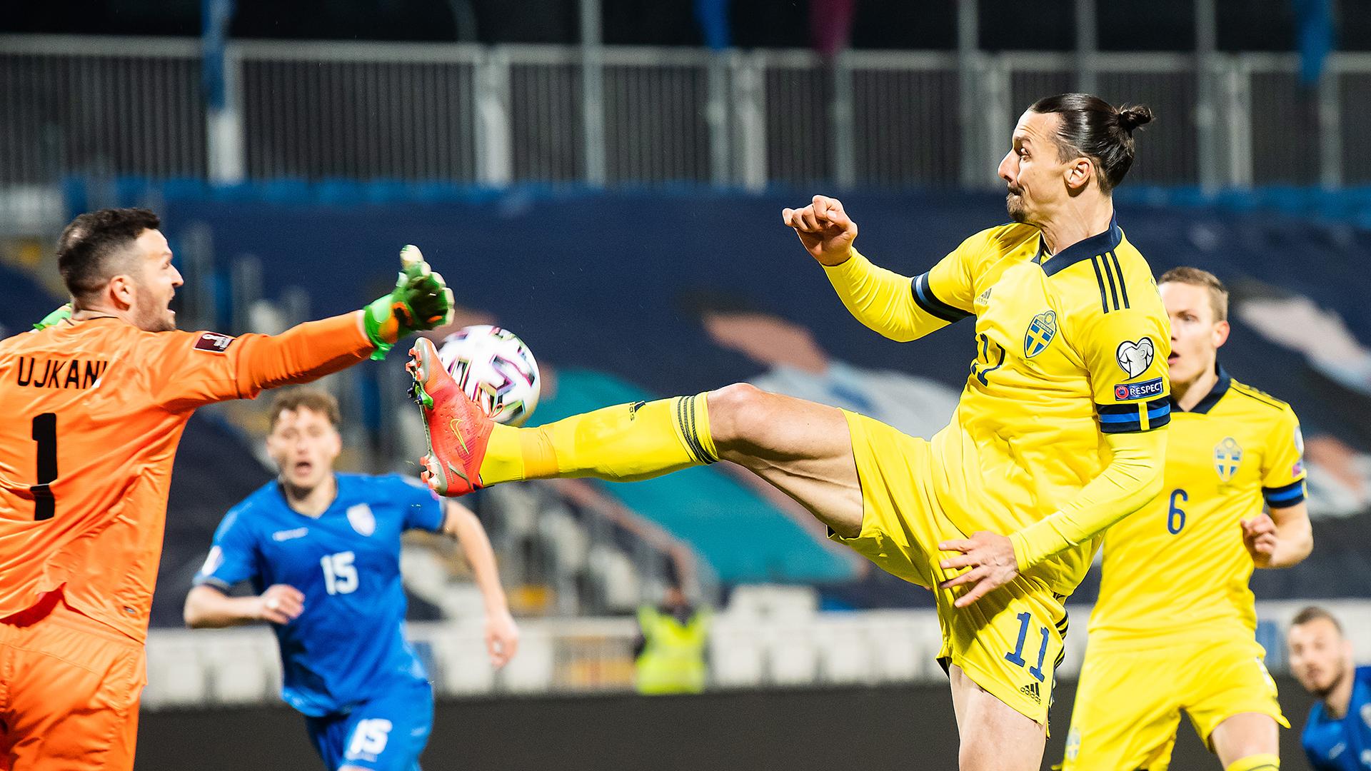 Ibrahimovic menendang bola ke rekan satu timnya untuk mencetak gol.  Selain assist ini, dalam 66 menit di lapangan, striker No. 11 itu memenangkan semua 11 tembakan udara, meluncurkan tiga operan penting dan menciptakan peluang untuk makan.  Foto: Svensk Fotboll