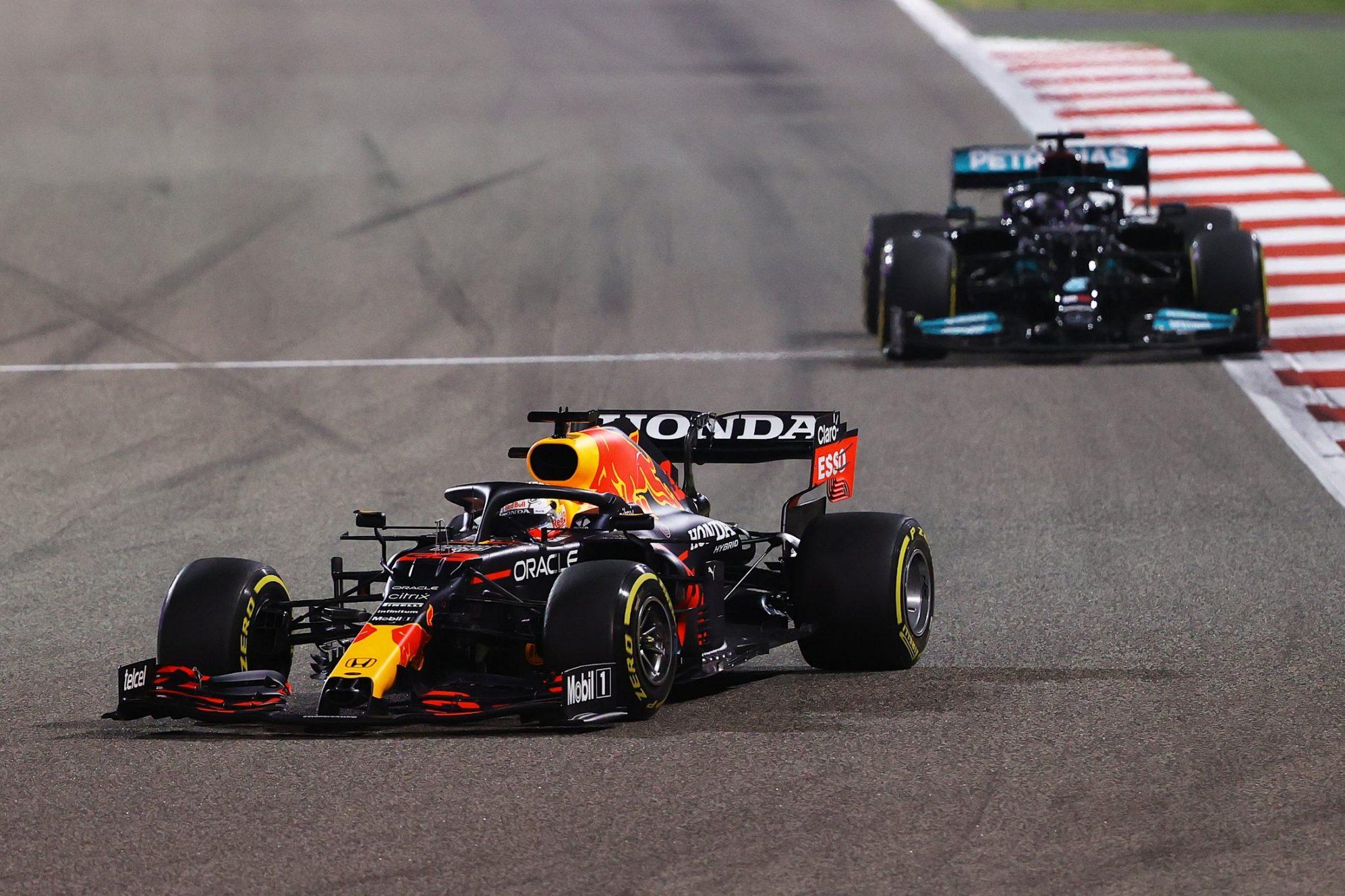 Verstappen có lợi thế lớn nhờ xuất phát đầu, nhưng không thắng được độ lì đòn và chiến thuật hợp lý của Hamilton. Ảnh: Formula 1