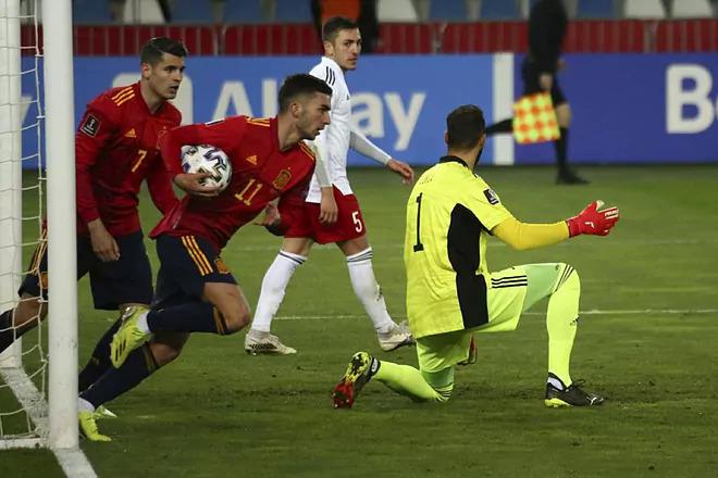 Ferran Torres (no.11) membawa bola masuk setelah menyamakan kedudukan.  Foto: AP