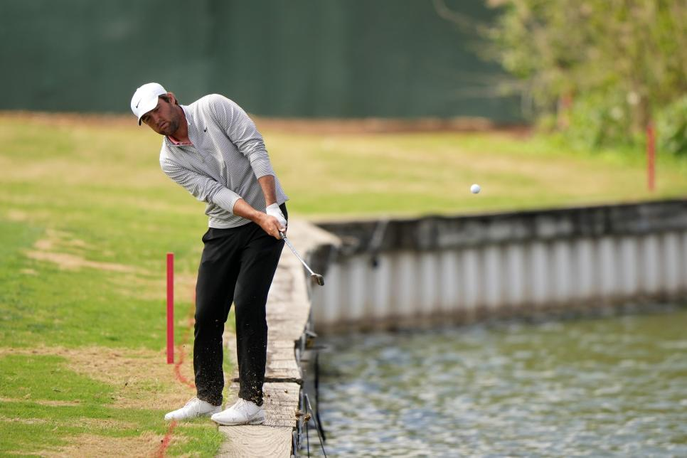 Scheffler polishes the edge of the lake next to hole 12. Photo: Golf Digest