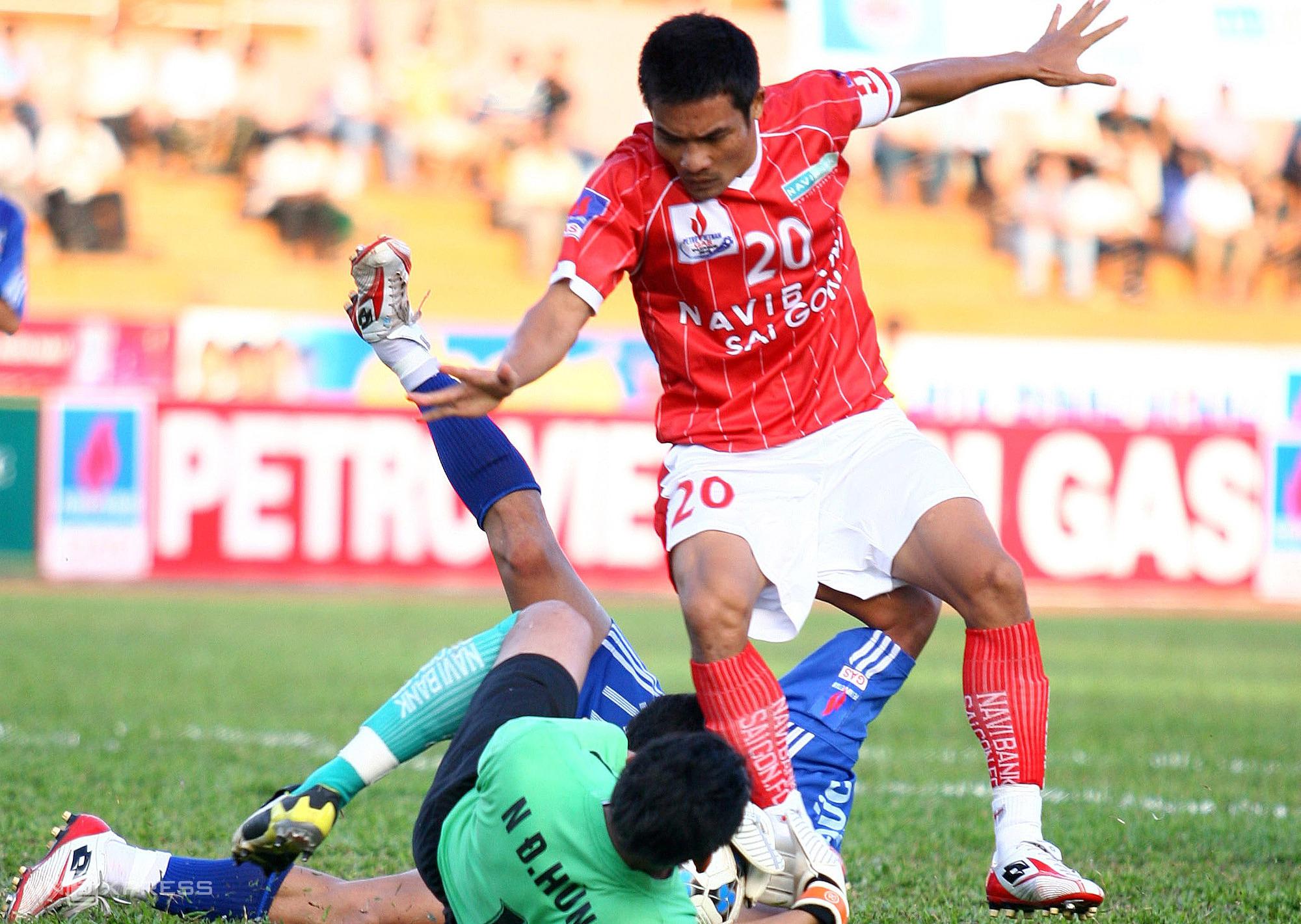 เมื่อ Dinh Luat (20) เล่นใน Navibank Saigon นาย Phung Thanh Phuong เป็นผู้ช่วยของทีมนี้  ภาพ: Duc Dong