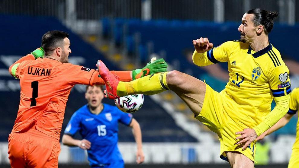 Ibrahimovic kiến tạo bằng cú đá kiểu võ thuật trong trận thắng Kosovo. Ảnh: EFE.