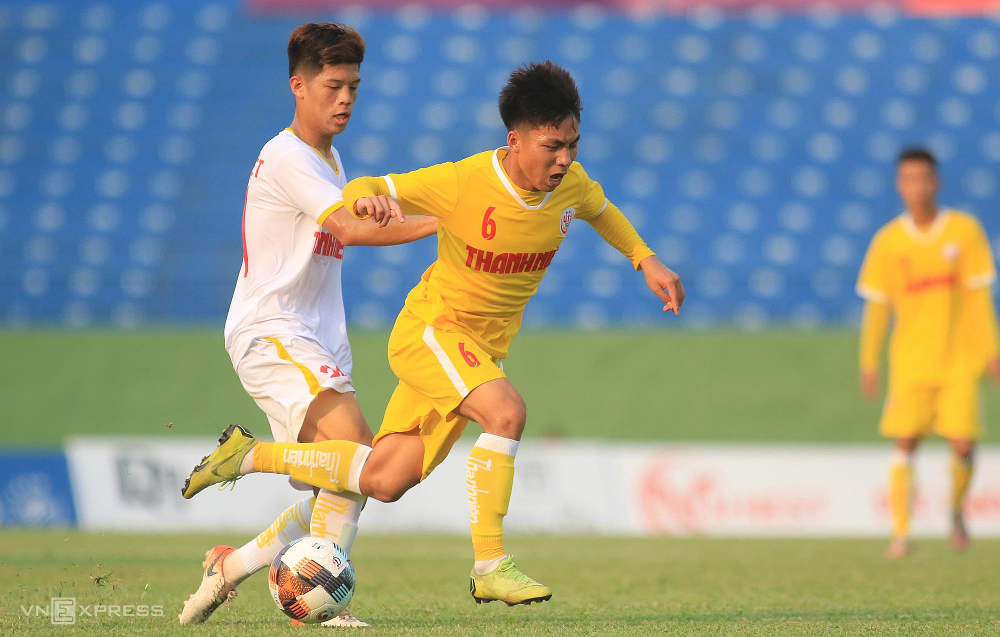 HAGL U19 (เสื้อเชิ้ตสีขาว) ด้อยกว่าผู้เล่น SLNA (เสื้อเหลือง)  ภาพ: Dong Huyen