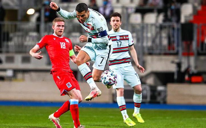 Ronaldo tung người đệm bóng ghi bàn bằng lòng chân phải.