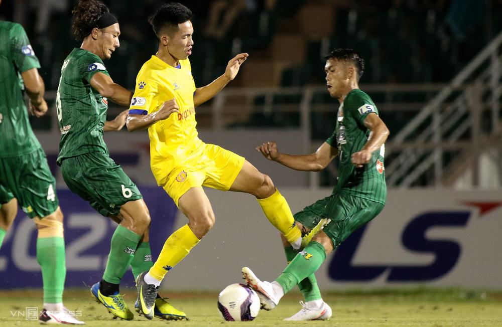 Thế Hưng vào bóng nguy hiểm với Công Thành trong trận Nam Định thắng 3-0 trên sân của Sài Gòn. Ảnh: HT