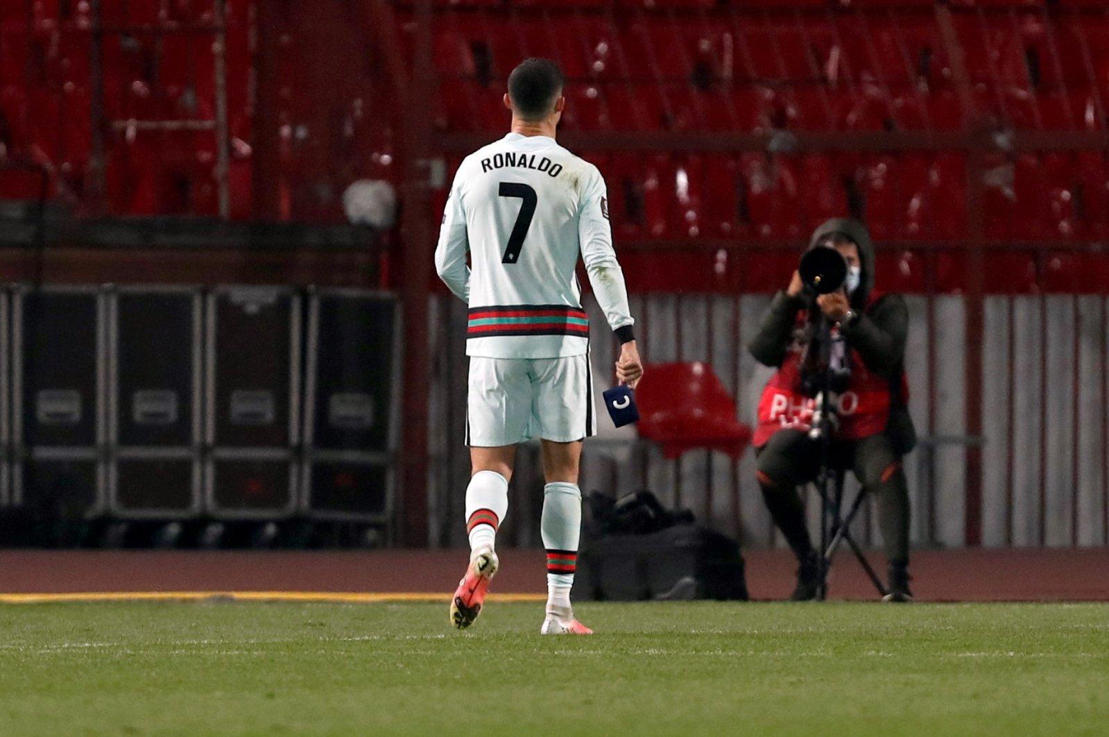 โรนัลโด้ถอดและโยนปลอกแขนกัปตันทีมในการแข่งขันระหว่างเซอร์เบียและโปรตุเกส  ภาพ: AP.