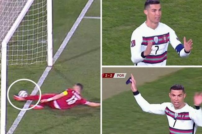Foto asli menunjukkan sepak bola benar-benar melewati batas sebelum dipatahkan oleh Mitrovic.