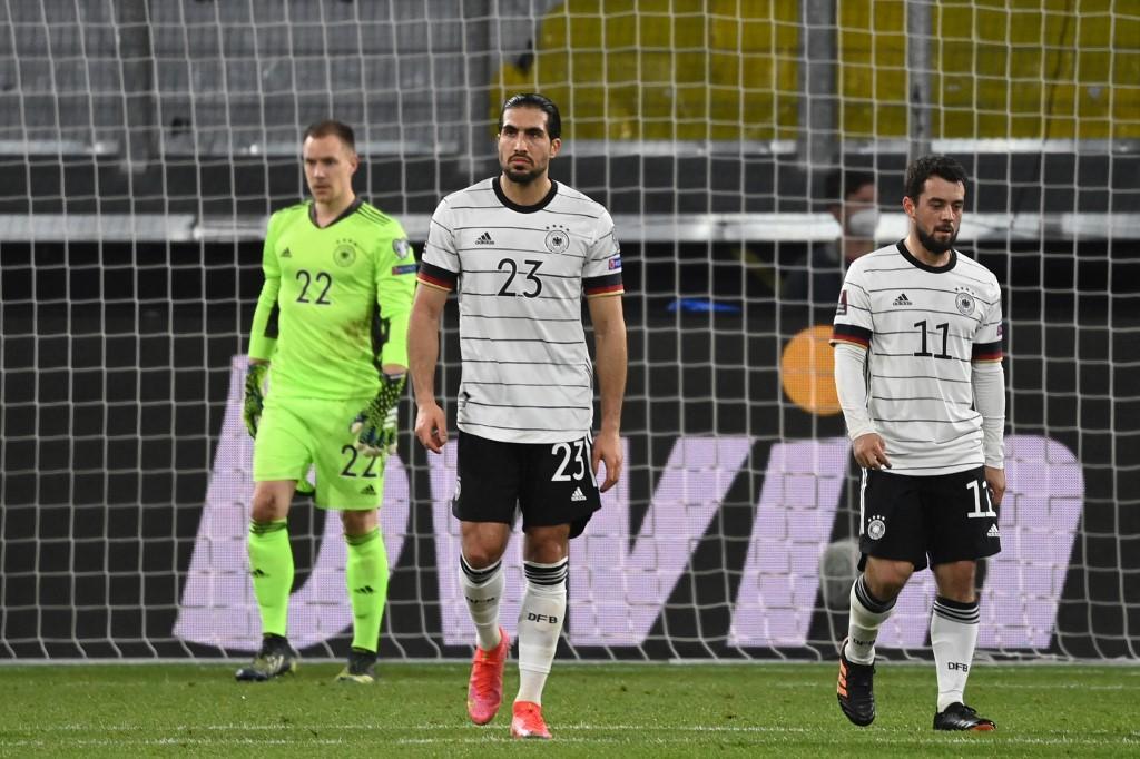 Emre Can (กลาง), Younes และ Ter Stegen ไม่พอใจหลังจากประตูที่สองของเยอรมนี  ภาพ: AFP