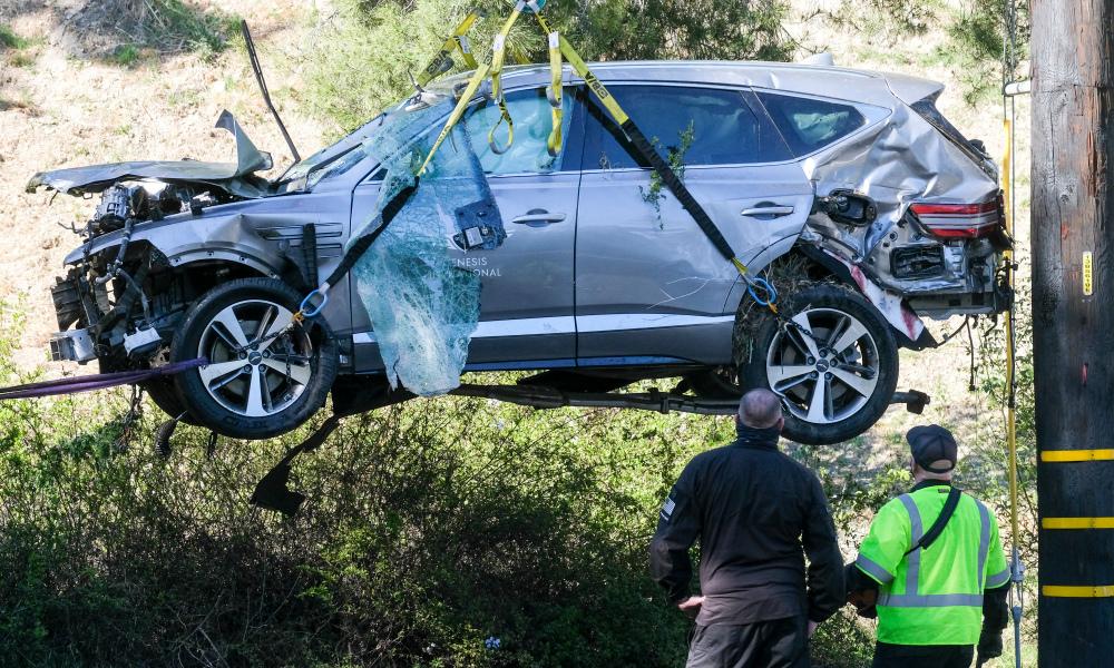 Chiếc xe gặp nạn của Tiger Woods được cẩu khỏi hiện trường vụ tai nạn trong ngày 23/2. Ảnh: AP