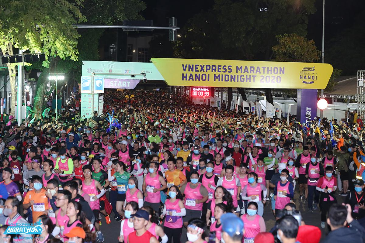 Thousands of athletes participated in the Hanoi night running tournament 2020. Photo: VnExpress Marathon.
