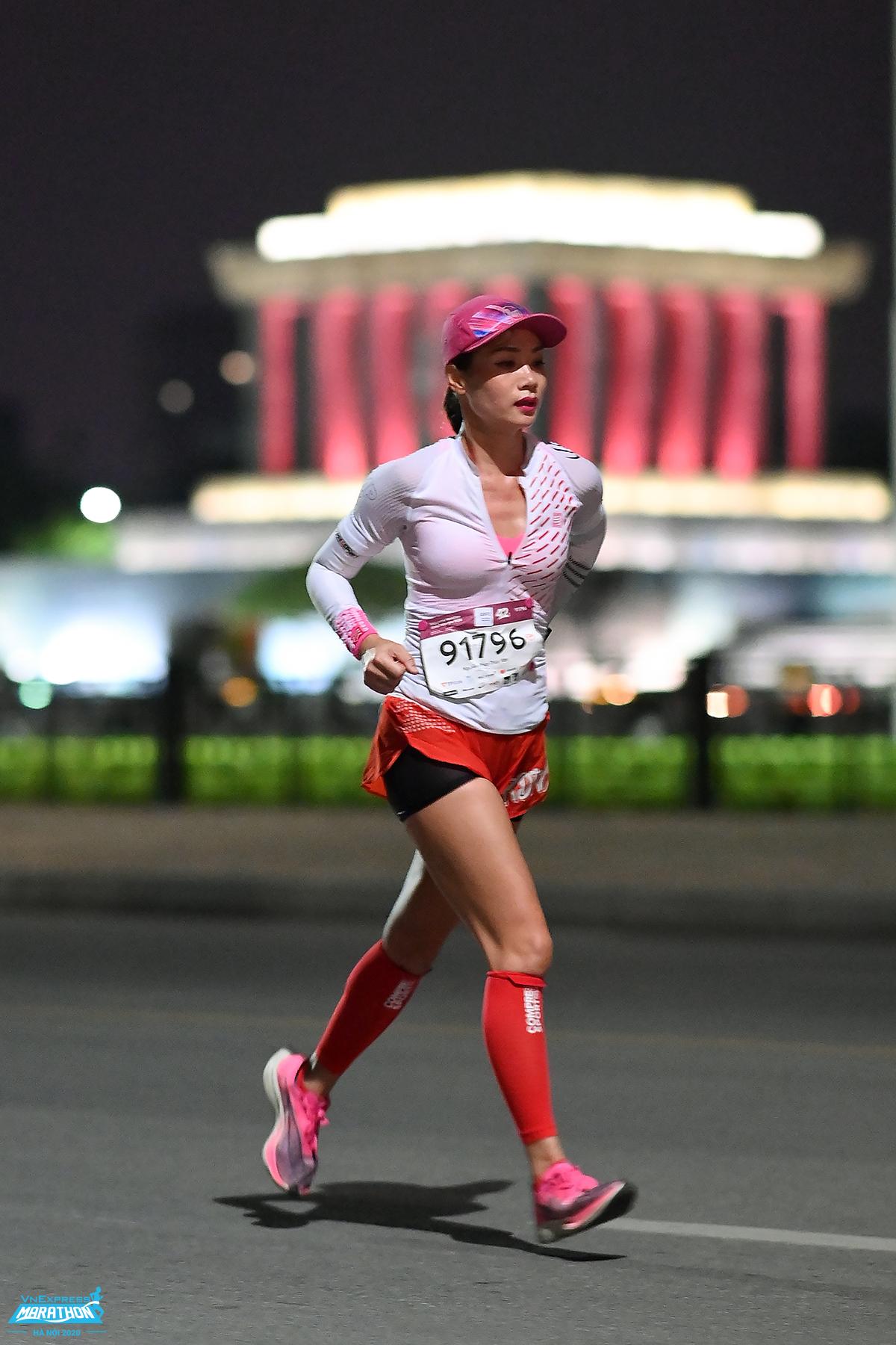 VnExpress Marathon Hanoi Midnight 2020 female athlete runs through Independence Street.  Photo: VnExpress Marathon.