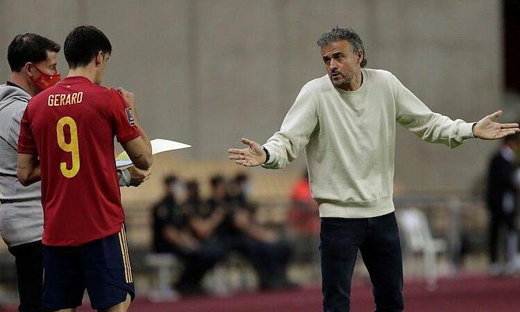 Luis Enrique gặp sự cố hi hữu, khiến ông không thể kịp giờ trận đấu của Tây Ban Nha. Ảnh: EFE.