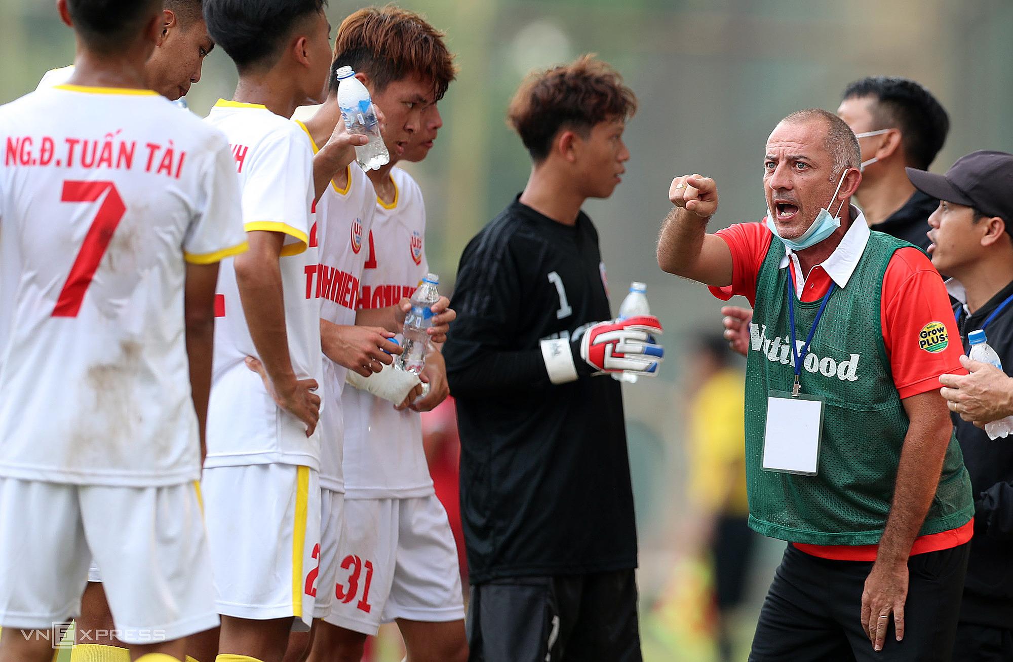 โค้ช Graechen Guilaume มีความสุขในการแข่งขันกับกองทัพแห่งชาติ U19  ภาพ: Duc Dong
