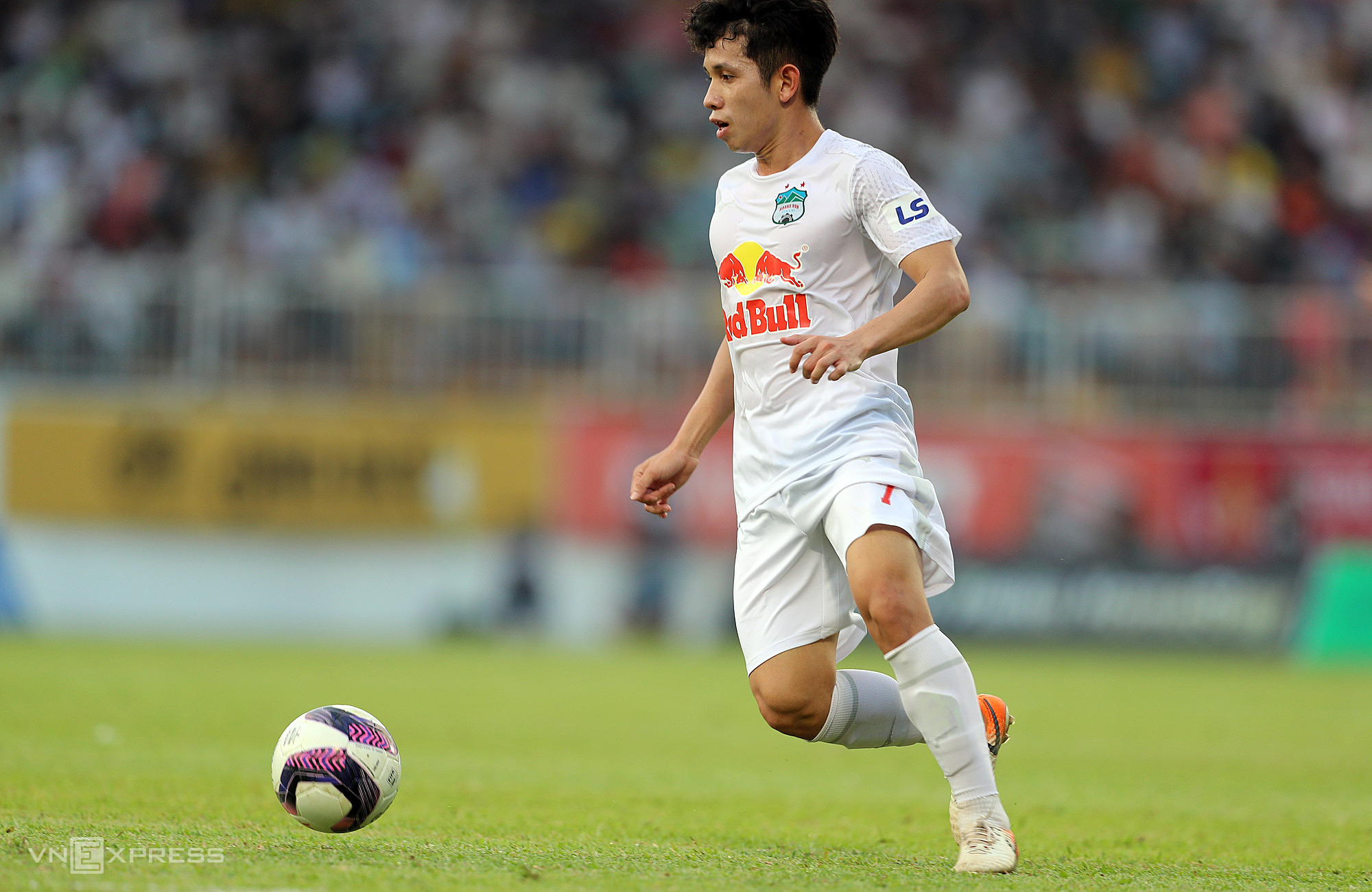 Hong Duy bermain kokoh di sayap kiri HAGL di V-League tahun ini.  Foto: Duc Dong.