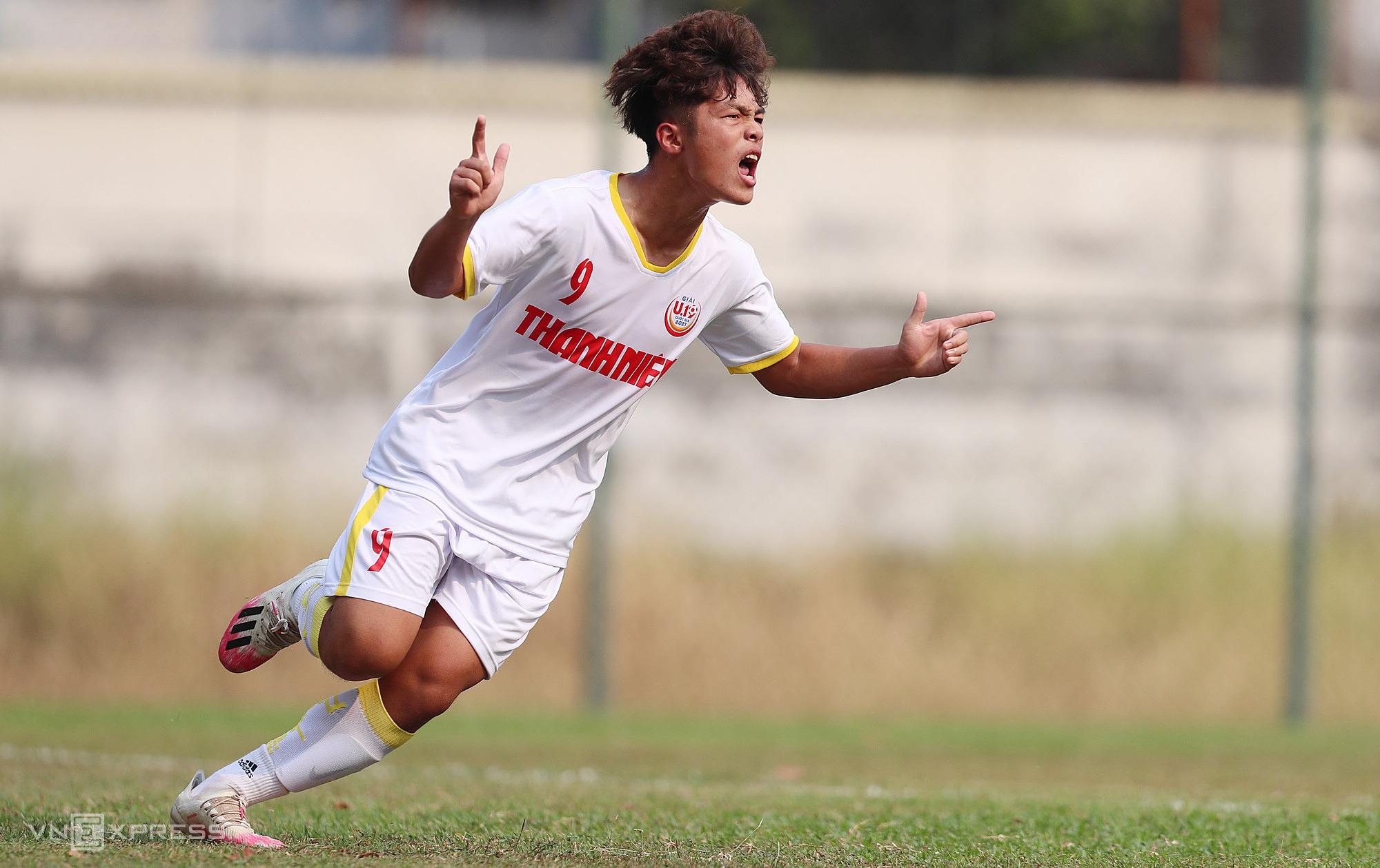 เหงียนก๊วกเวียดกลายเป็นผู้เล่นคนแรกที่ทำแฮตทริกในรอบชิงชนะเลิศทีมชาติ U19 ในปี 2021 รูปภาพ: Duc Dong