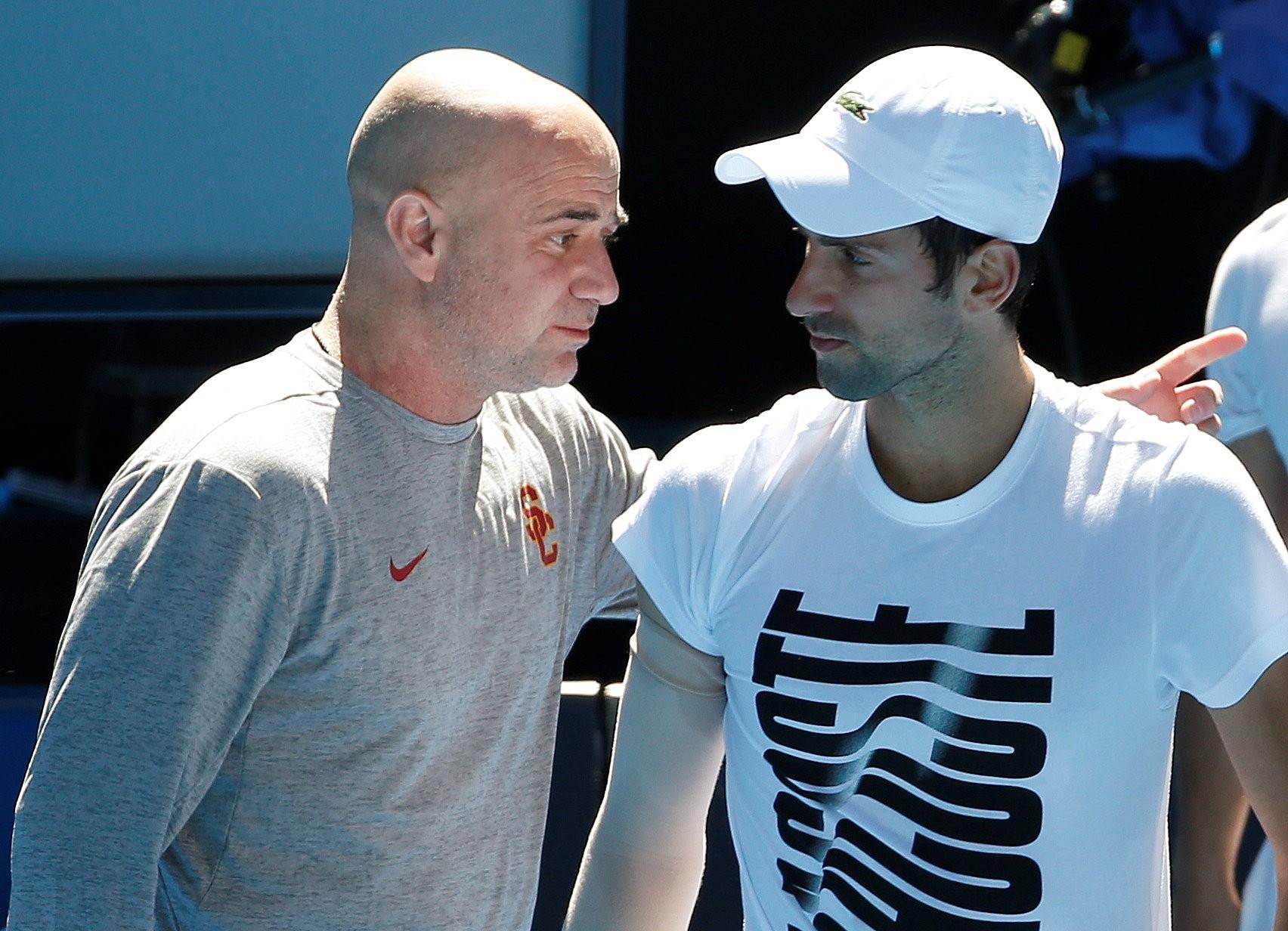 Agassi (kiri) tidak menerima remunerasi untuk memimpin Djokovic.  Foto: AP.