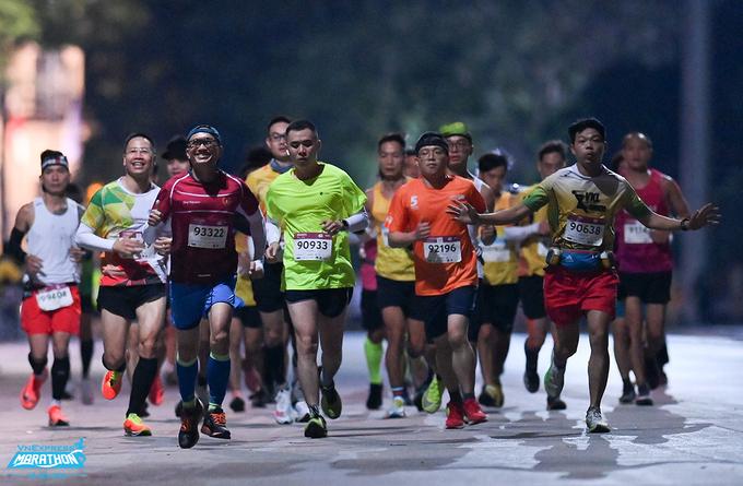 Nhóm vận động viên chạy giải VM Hanoi Midnight 2020. Ảnh: VnExpress Marathon.