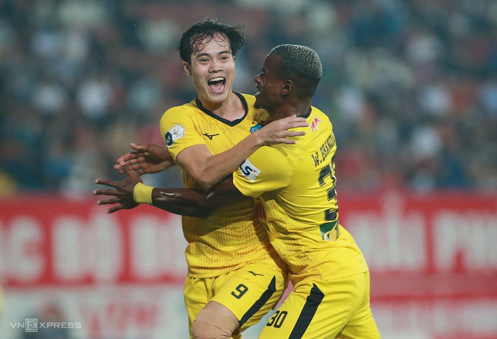 Văn Toàn và Brandao cùng nhau ghi bàn, giúp HAGL đánh bại Hải Phòng 2-0 tại vòng 7. Ảnh: Lâm Thoả