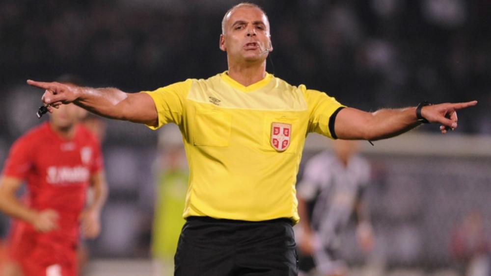 Obradovic trả giá cho cách cầm còi gây tranh cãi. Ảnh: AP.