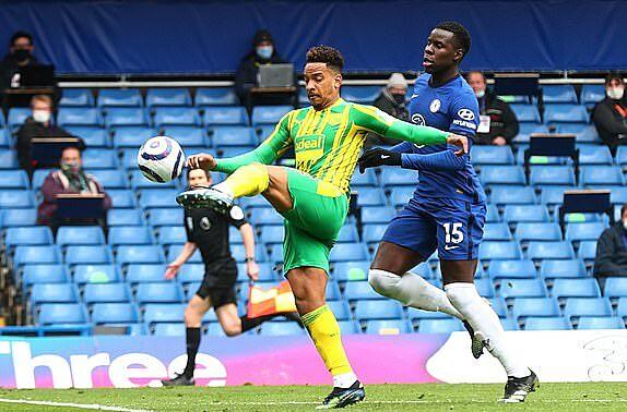 Pereira tâng bóng qua đầu thủ thành Mendy ở phút bù giờ thứ hai, mở ra chiến thắng ngược dòng ngoạn mục cho West Brom. Ảnh: Reuters.