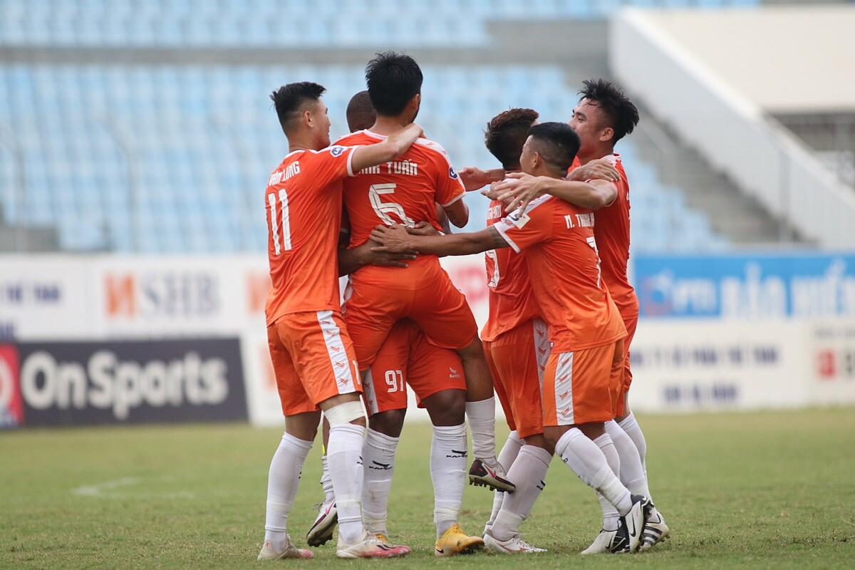 Pemain Da Nang merayakan gol dalam pertandingan Hanoi di Stadion Hoa Xuan pada putaran 7 V-League 2021. Foto: Tinh De.