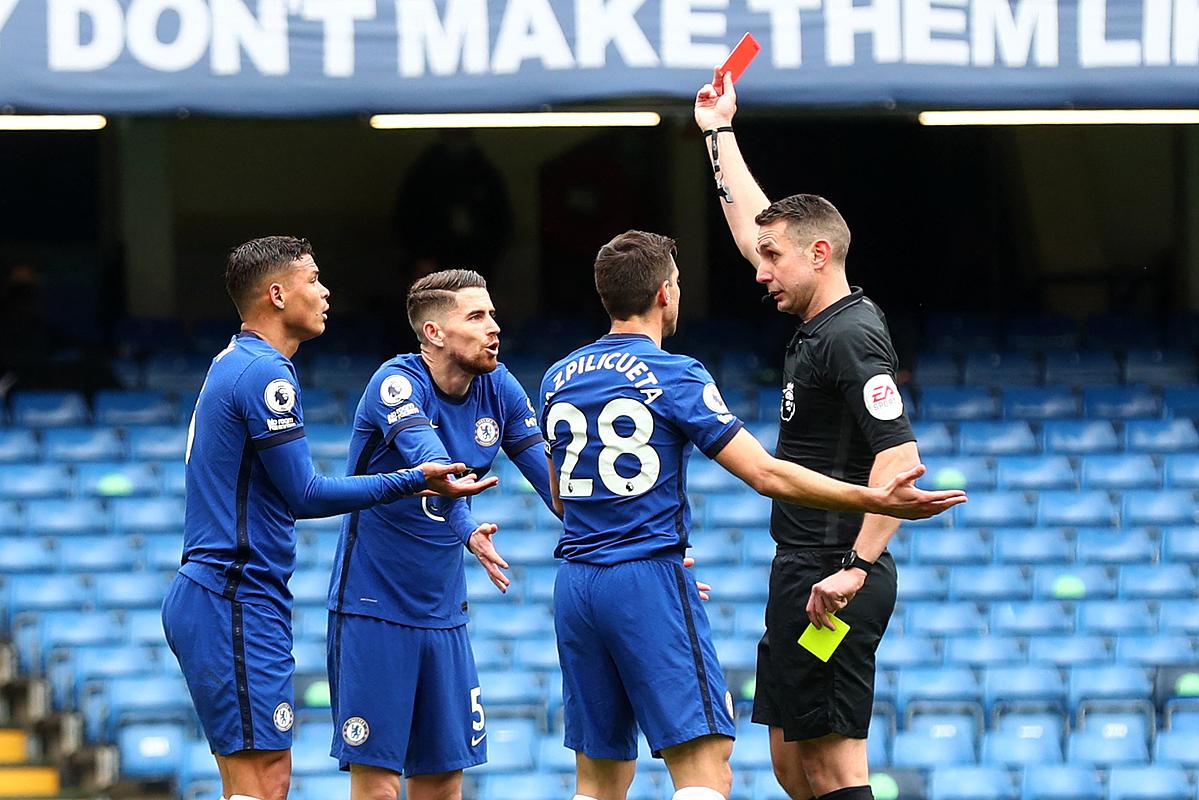 Thiago Silva lĩnh thẻ đỏ gián tiếp là bước ngoặt của trận đấu, khiến Chelsea sụp đổ trước West Brom. Ảnh: AFP