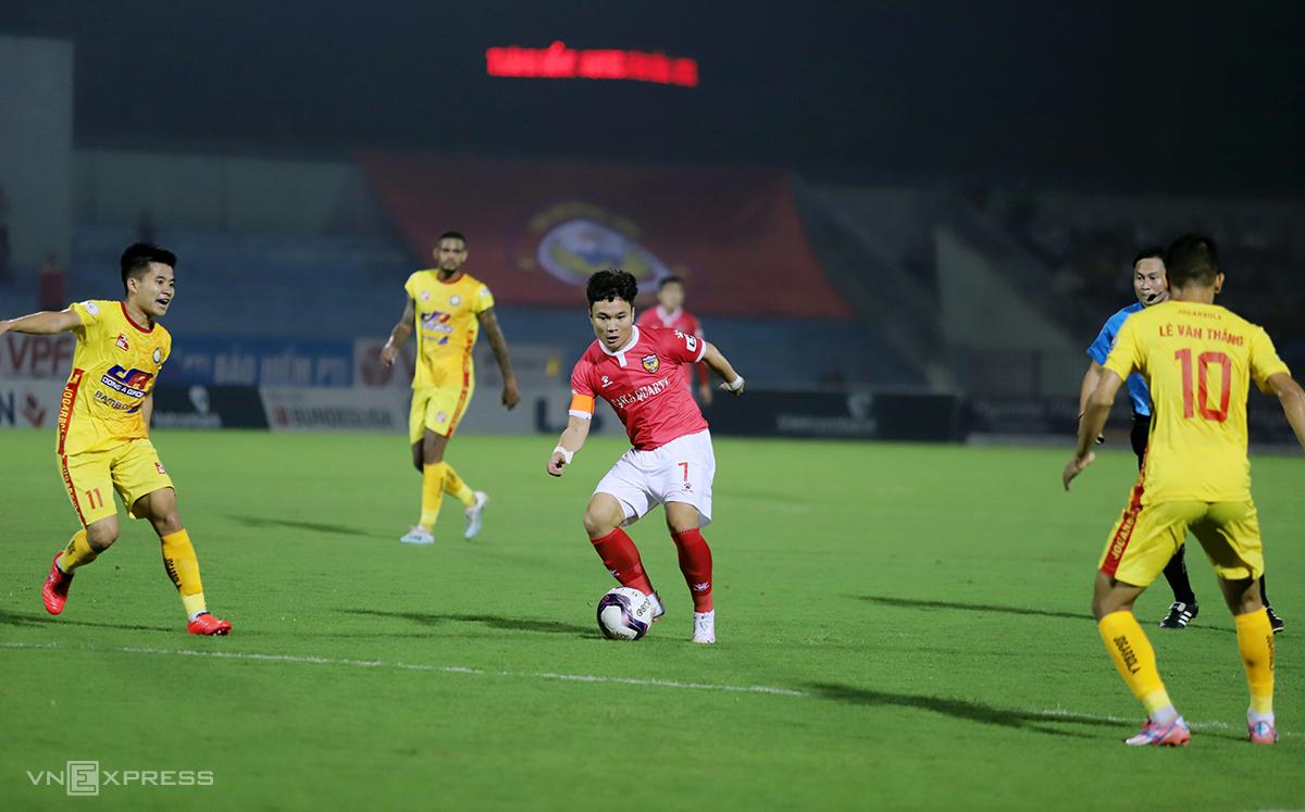 Hà Tĩnh (áo đỏ) lép vế trước Thanh Hóa dù thi đấu trên sân nhà. Ảnh: Đức Hùng