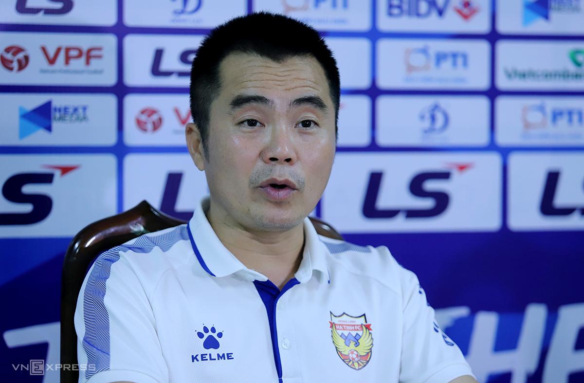 HLV trưởng Hà Tĩnh, ông Phạm Minh Đức tại buổi họp báo tối 3/4. Ảnh: Đức Hùng