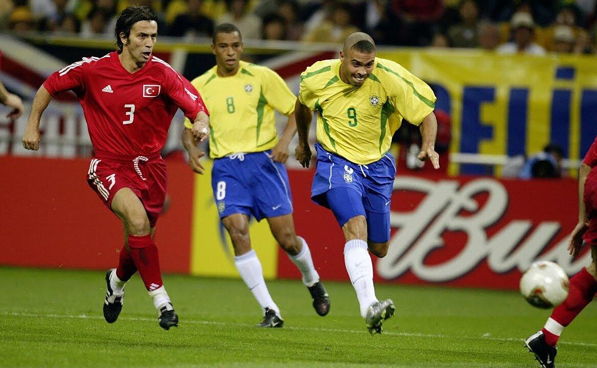 Ronaldo tự nhận kiểu tóc anh trình làng năm 2002 là thảm hoạ. Ảnh: FIFA
