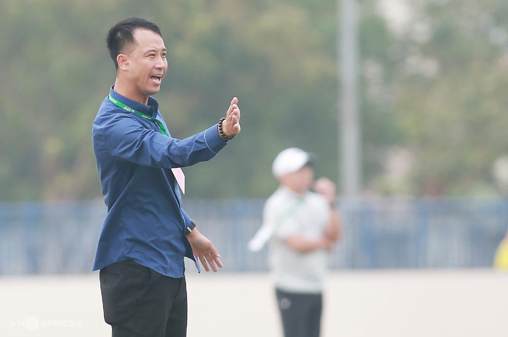HLV Vũ Như Thành chỉ đạo cầu thủ trong trận hòa 0-0 trên sân Thanh Trì ngày 4/4. Ảnh: Lâm Thoả