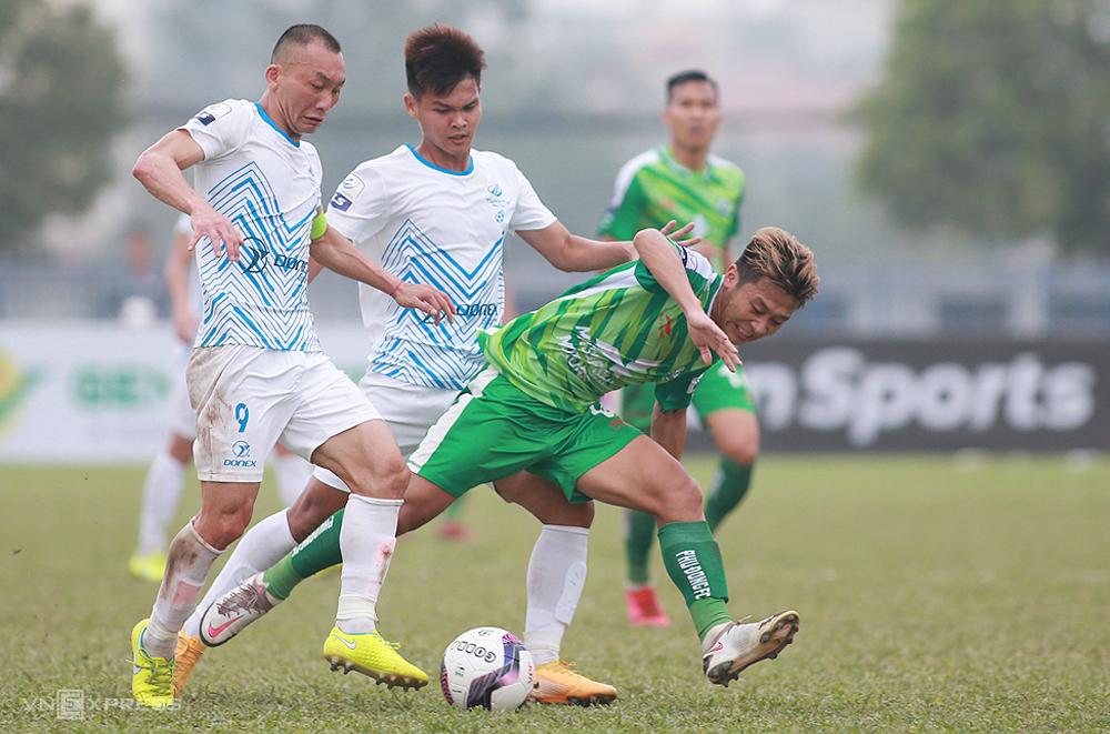Pemain Phu Tho FC (kemeja putih) menggelar pertahanan untuk memotong sirkuit kekalahan divisi pertama negara 2021. Foto: Lam Thoa
