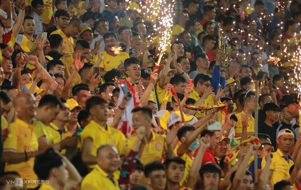 Thien Truong ยังคงเป็นสนามฟุตบอลที่มีผู้คนหนาแน่นที่สุดใน V-League โดยมีผู้คนมากกว่า 20,000 คนเฝ้าดูทีมเจ้าบ้านที่ปะทะกับ SLNA  ภาพ: Ho Hai